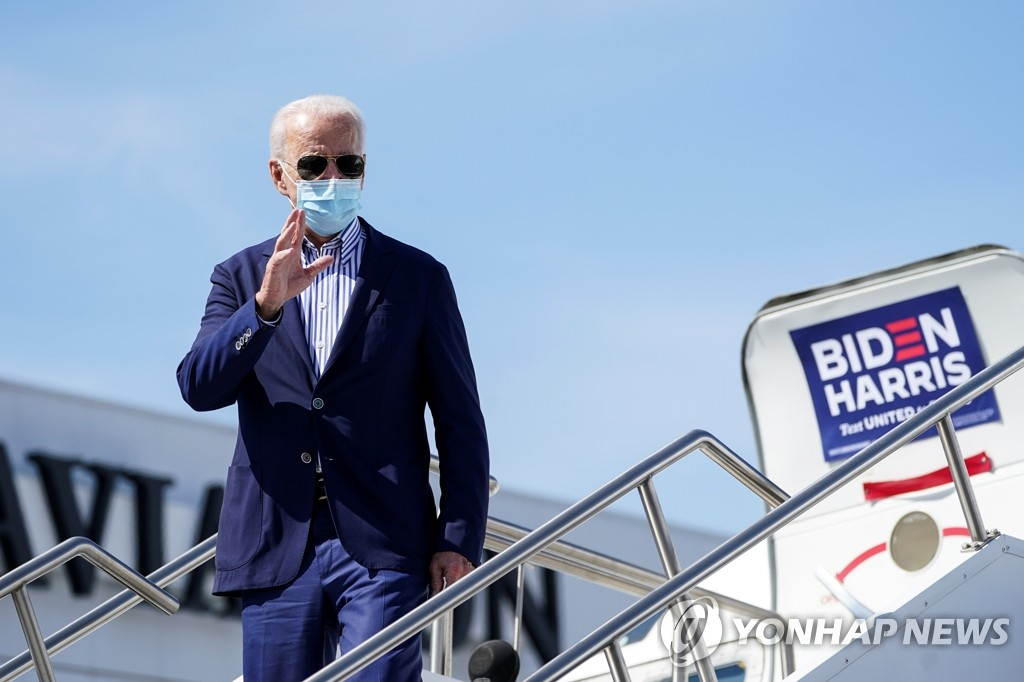This Reuters photo shows Joe Biden, the U.S. presidential nominee of the Democratic Party, waving after arriving in Phoenix, Arizona, on Oct. 9, 2020, as part of his campaign trail in the lead up to the Nov. 3 presidential election. (PHOTO NOT FOR SALE) (Yonhap)