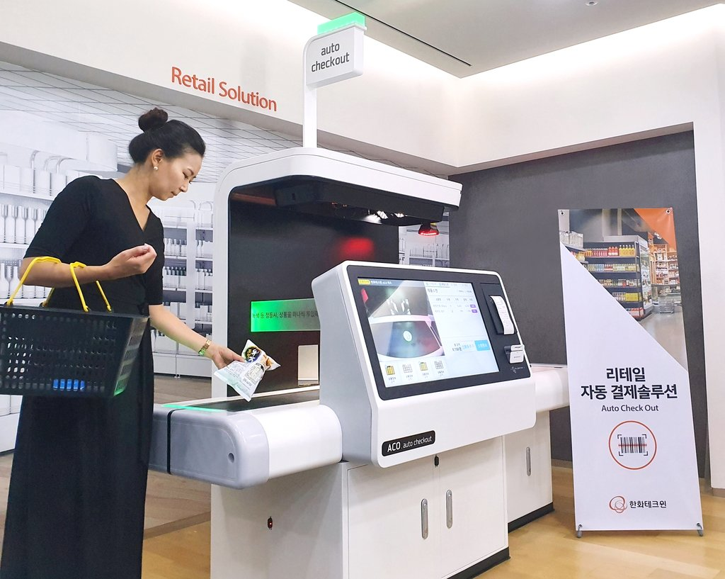 This photo provided by Hanwha Techwin Co. on Oct. 15, 2020, shows the company's auto checkout machine. (PHOTO NOT FOR SALE) (Yonhap)