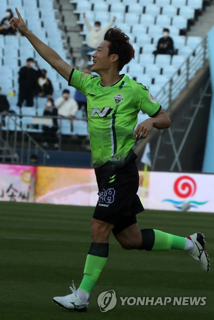 In this file photo from Oct. 18, 2020, Son Jun-ho of Jeonbuk Hyundai Motors celebrates his goal against Gwangju FC during a K League 1 match at Jeonju World Cup Stadium in Jeonju, 240 kilometers south of Seoul. (Yonhap)