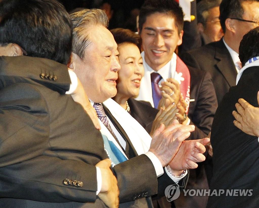 Samsung Group Chairman Lee Kun-hee bertepuk tangan terharu setelah PyeongChang terpilih sebagai tuan rumah 2018 Winter Olympics dalam pertemuan general International Olympic Committee di Durban, Afrika Selatan, 7 Juli 2011. (Yonhap)