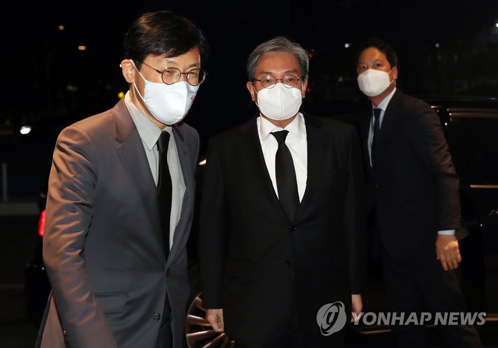 Noh Young-min (C), chief of staff for President Moon Jae-in, and Lee Ho-seung (L), Cheong Wa Dae's senior secretary for economic affairs, enter the funeral home for late Samsung Group Chairman Lee Kun-hee at Samsung Medical Center in Seoul on Oct. 25, 2020. (Yonhap)