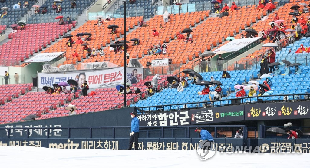 Fans in the stands at Jamsil Baseball Stadium in Seoul wait out a rain delay ahead of a Korea Baseball Organization Wild Card game between the LG Twins and the Kiwoom Heroes on Nov. 1, 2020. (Yonhap)