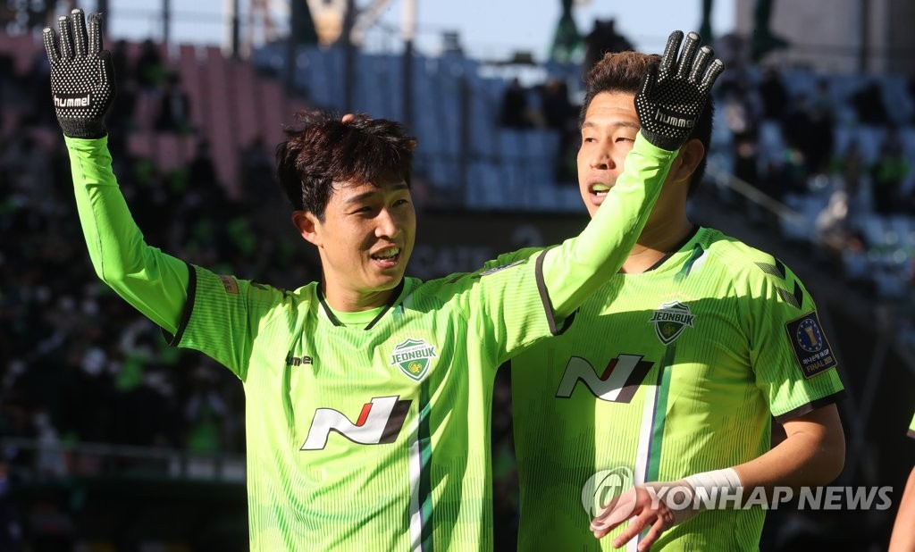 Lee Seung-gi of Jeonbuk Hyundai Motors celebrates the first of his two goals against Ulsan Hyundai FC in the second leg of the FA Cup final at Jeonju World Cup Stadium in Jeonju, 240 kilometers south of Seoul, on Nov. 8, 2020. (Yonhap)