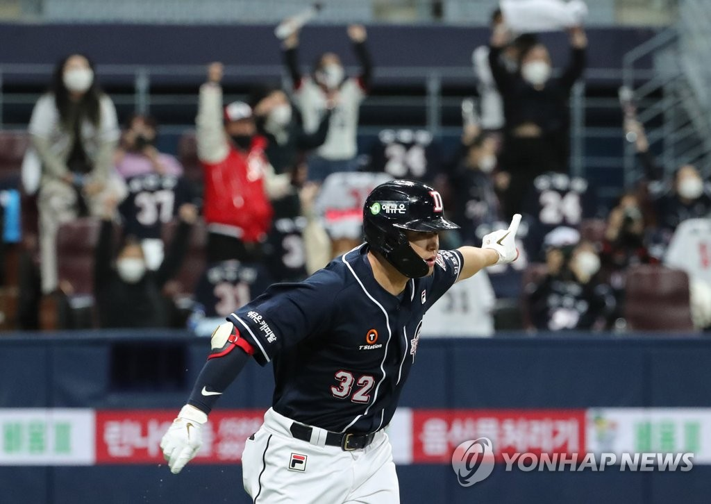 Kim Jae-hwan of the Doosan Bears celebrates his RBI single against the KT Wiz in the top of the eighth inning of Game 1 of the Korea Baseball Organization second-round postseason series at Gocheok Sky Dome in Seoul on Nov. 9, 2020. (Yonhap)