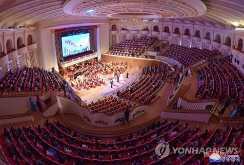 북한 '어머니날' 맞이 공연서 한 칸씩 띄워 앉은 관객들