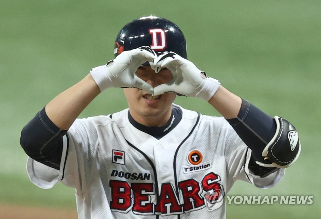 Kim Jae-ho of the Doosan Bears celebrates his RBI single against the NC Dinos in the bottom of the seventh inning of Game 3 of the Korean Series at Gocheok Sky Dome in Seoul on Nov. 20, 2020. (Yonhap)