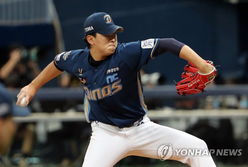 Song Myung-gi of the NC Dinos pitches against the Doosan Bears in Game 4 of the Korean Series at Gocheok Sky Dome in Seoul on Nov. 21, 2020. (Yonhap)