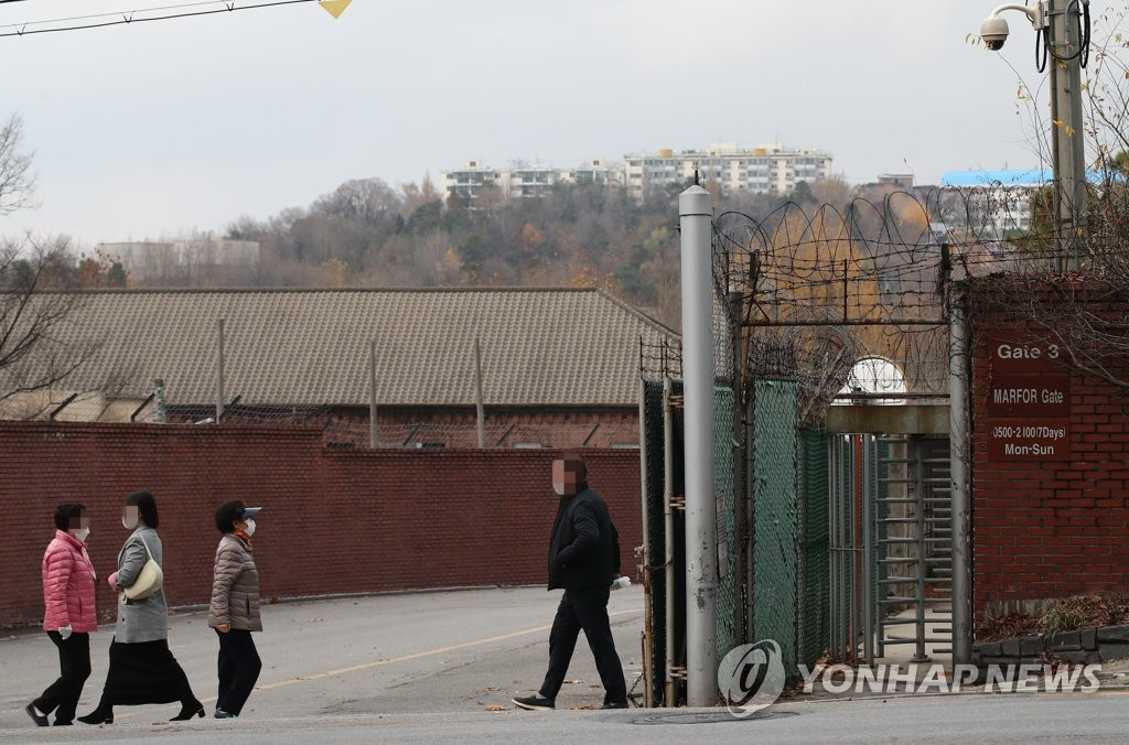 This photo, taken on Nov. 22, 2020, shows a gate of a U.S. military base in Yongsan, central Seoul. (Yonhap)