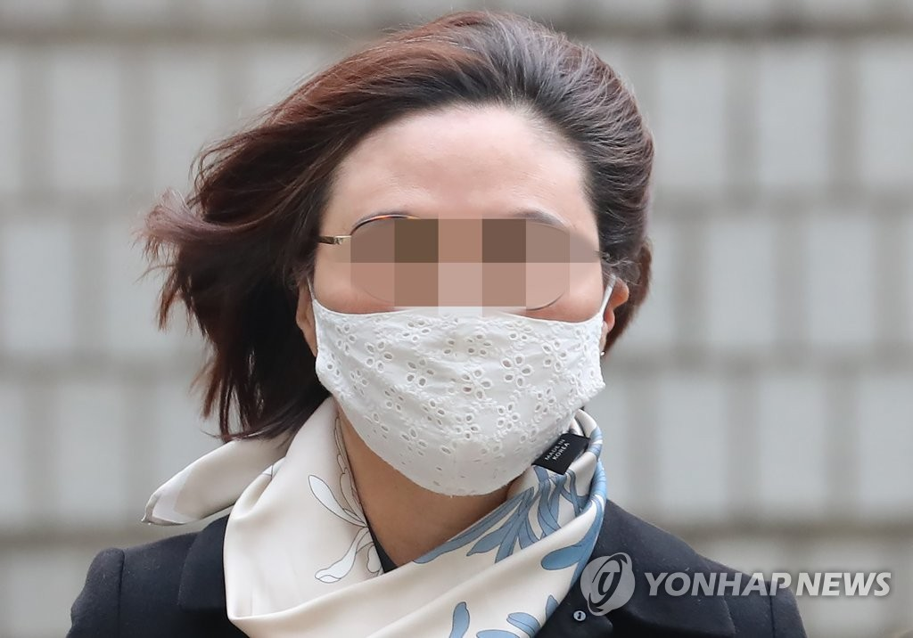 Chung Kyung-sim arrives at the Seoul Central District Court on Dec. 23, 2020, for her sentencing hearing on charges of academic fraud and financial misconduct. (Yonhap)