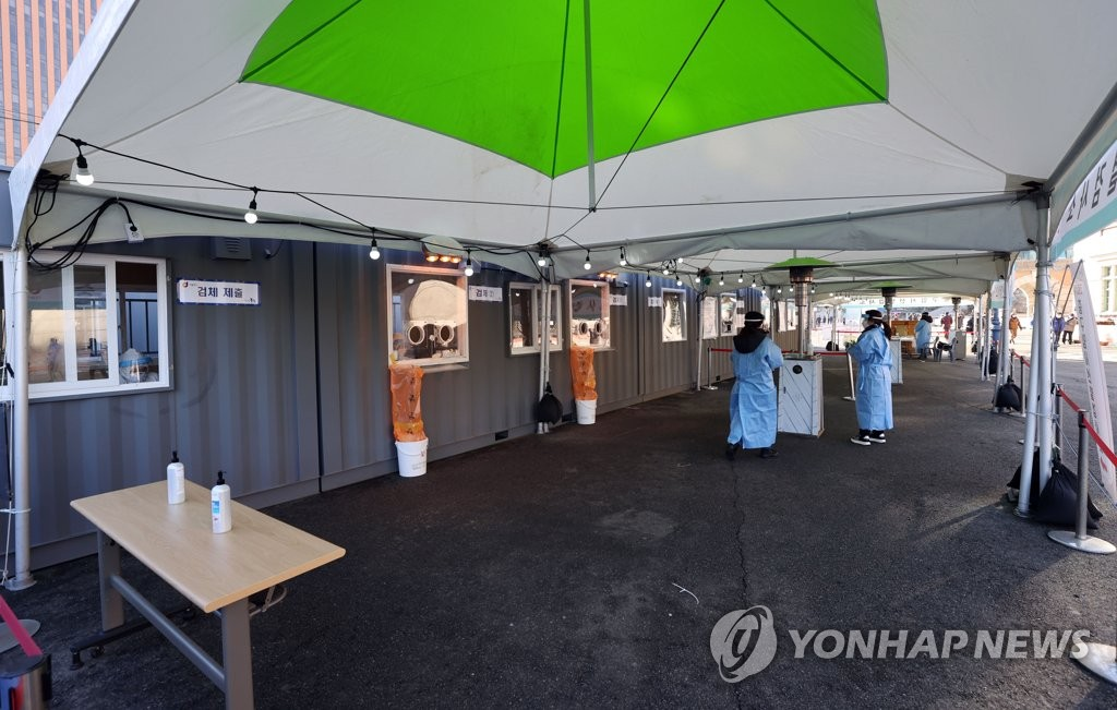 Health workers prepare to work at a makeshift virus testing facility in Seoul on Jan. 19, 2021. (Yonhap)
