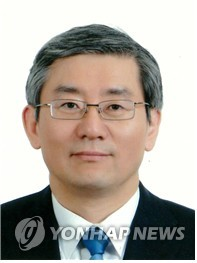Moon picks veteran diplomat as key Cheong Wa Dae aide on national security affairs