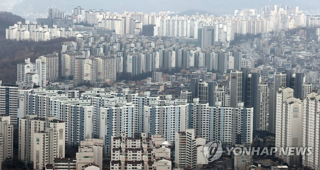 This Jan. 21, 2021, photo shows a view of apartments seen from the 63 Building in the western Seoul neighborhood of Yeouido. Most Seoul residents live in shared buildings rather than individual, stand-alone housing. (Yonhap)