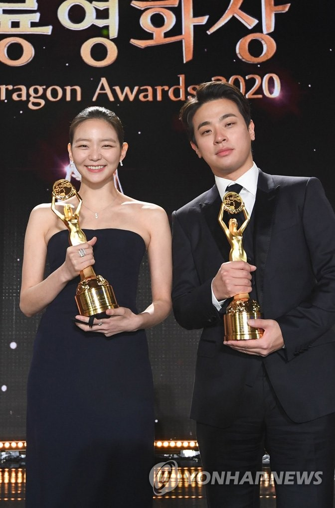 This photo, provided by The Sports Chosun, shows Esom (L) and Park Jung-min winning best actors in supporting roles at the 41st Blue Dragon Awards held at Paradise City in Incheon, 40 km west of Seoul, on Feb. 9, 2021. (PHOTO NOT FOR SALE) (Yonhap)