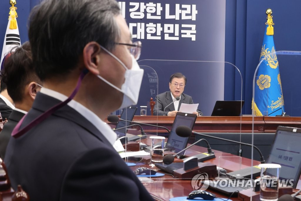 President Moon Jae-in makes his opening remarks during a meeting with his top aides at Cheong Wa Dae in Seoul on Feb. 22, 2021, including Shin Hyun-soo (L), senior secretary for civil affairs and justice. Shin returned to work earlier in the day after tendering his resignation and taking a four-day leave. (Yonhap)