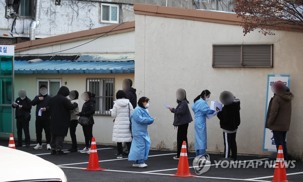 Citizens wait in line to receive COVID-19 tests at a makeshift virus testing clinic in Seoul on March 3, 2021. (Yonhap)