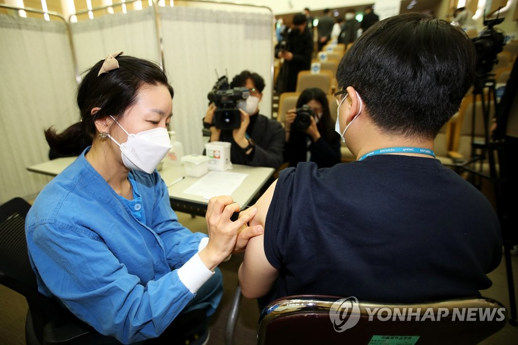 A nurse gives a COVID-19 vaccine shot to medical workers at Seoul National University Hospital in Seoul on March 4, 2021, in this photo taken by the joint press corps. (Yonhap)