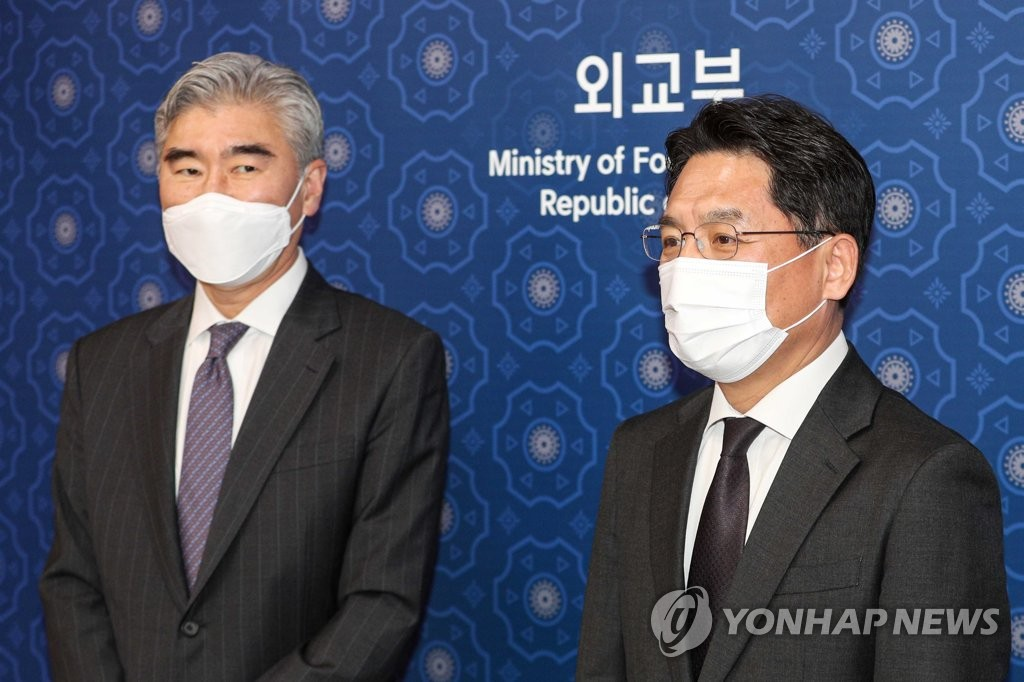 This photo, taken on March 19, 2021, shows Noh Kyu-duk (R), the foreign ministry's special representative for Korean Peninsula peace and security affairs, and Sung Kim, acting assistant secretary of state for East Asian and Pacific Affairs, posing for a photo before their talks at the foreign ministry. (Yonhap)