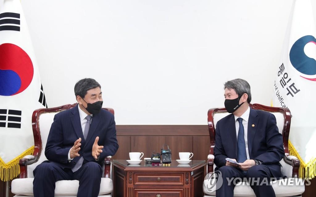 이인영 장관, 이종걸 민화협 대표상임의장 면담