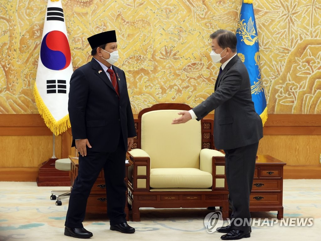 South Korean President Moon Jae-in (R) meets with Indonesian Defense Minister Prabowo Subianto at Cheong Wa Dae in Seoul on April 8, 2021. (Yonhap)