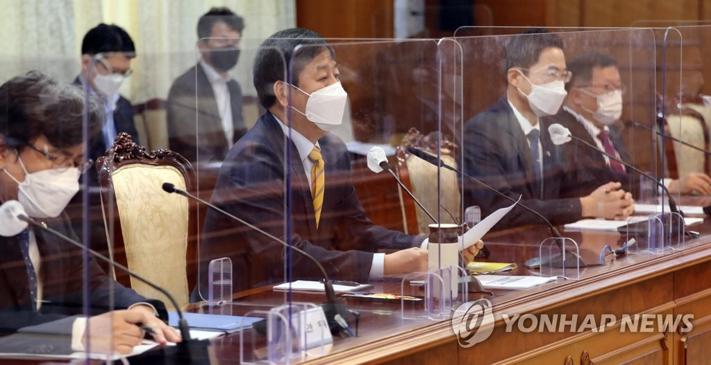 Koo Yoon-cheol (C), head of South Korea's Office for Government Policy Coordination, presides over an emergency meeting at the government complex in Seoul on April 13, 2021, in relation to Tokyo's decision earlier in the day to release radioactive water from the crippled Fukushima nuclear plant into the Pacific Ocean. (Yonhap)