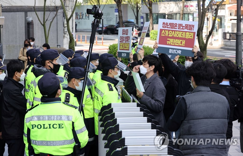Police block a group of South Korean civic activists in front of the Japanese Embassy in Seoul on April 13, 2021, as they try to convey a letter of protest against the Japanese government's decision earlier in the day to discharge radioactive water from the crippled Fukushima nuclear plant into the Pacific Ocean. (Yonhap)