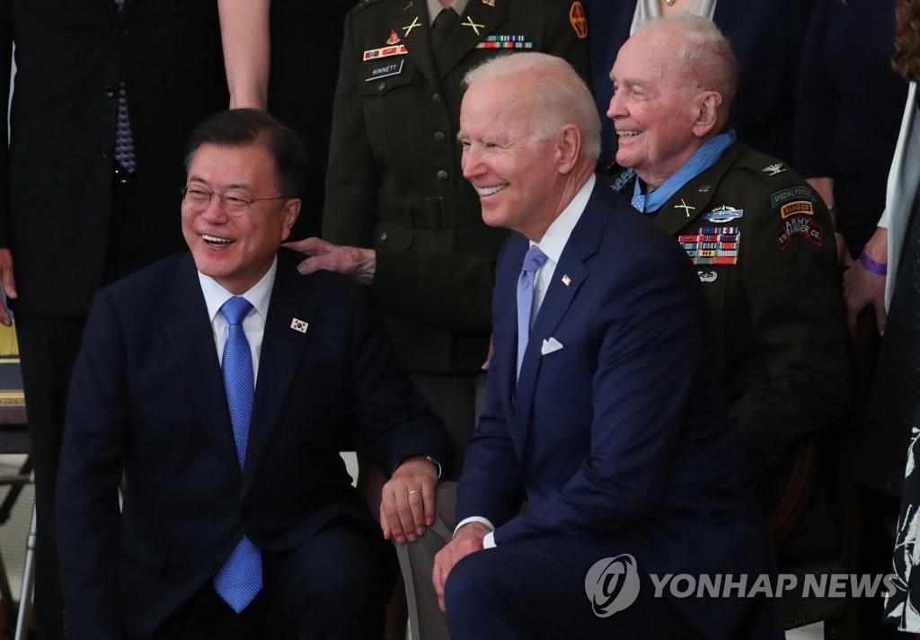 문 대통령, 훈장수여 가족과 기념촬영