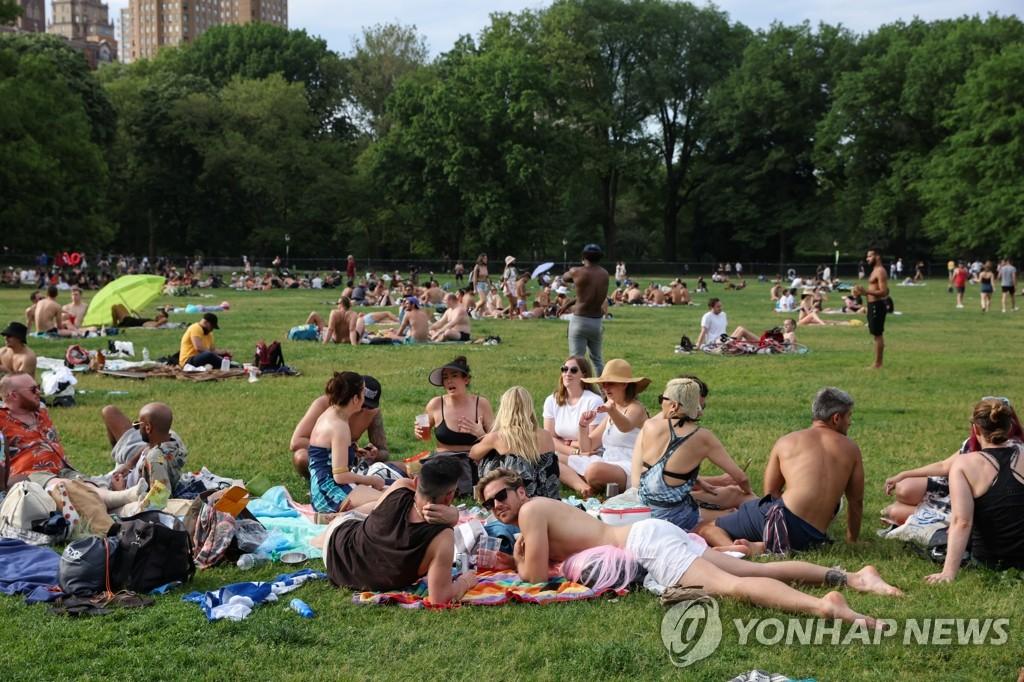 '노 마스크'로 공원에서 햇살 즐기는 뉴욕 시민들