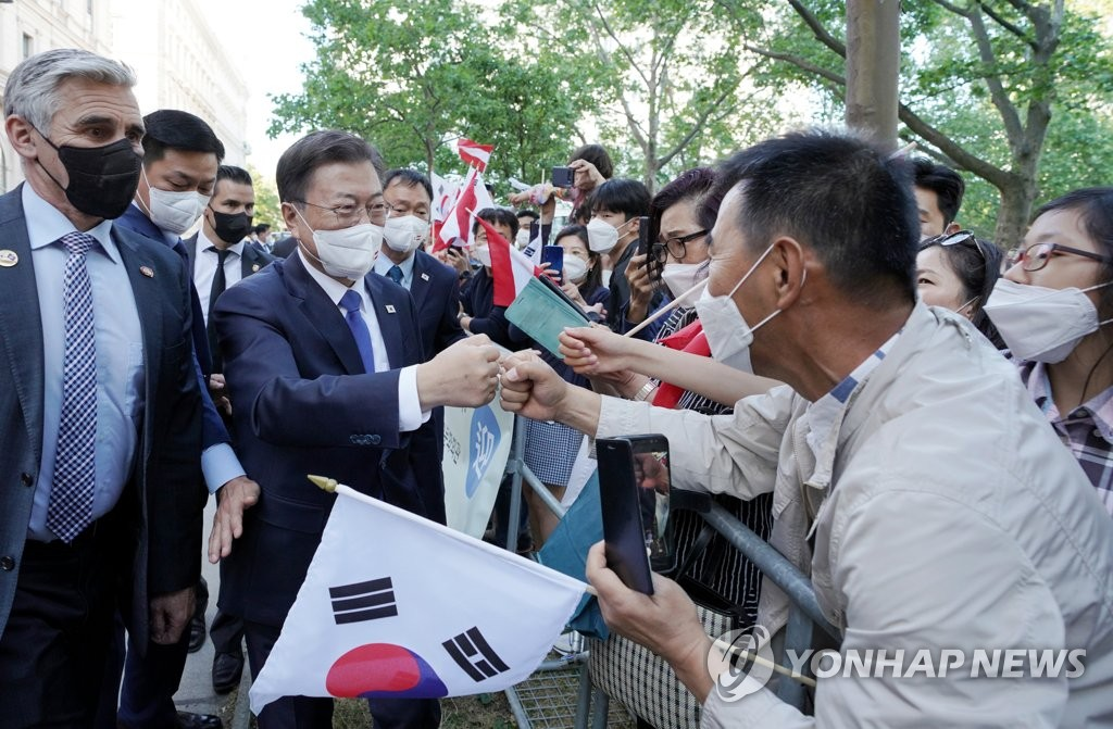 South Korean President Moon Jae-in is greeted by his compatriots living in Vienna, Austria, on June 14, 2021. (Yonhap)