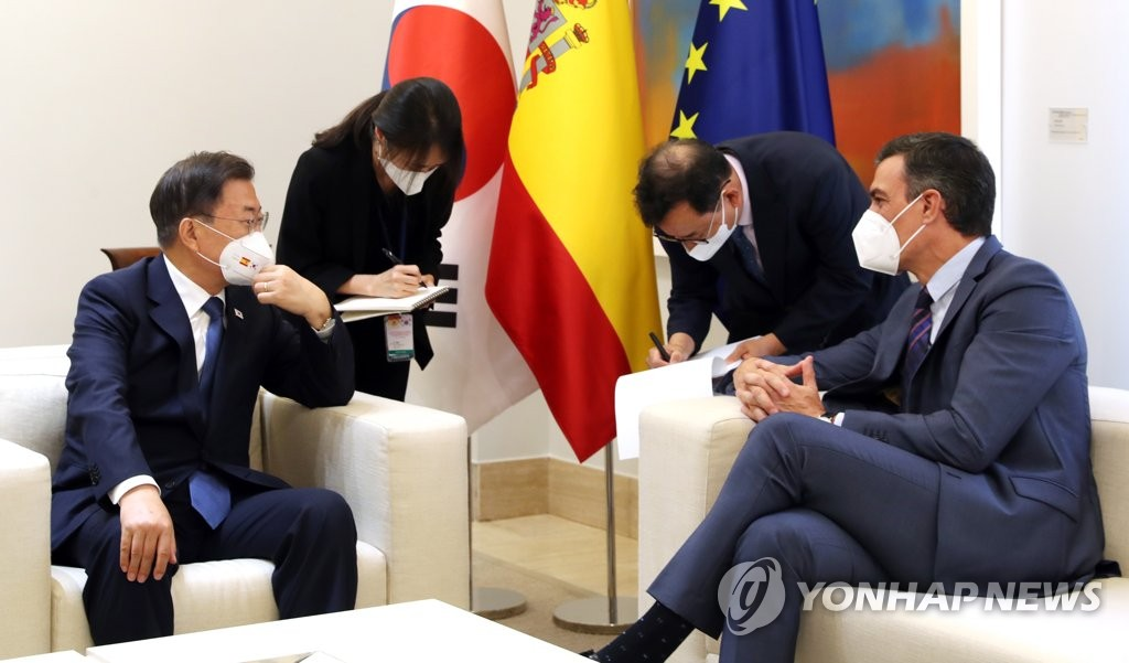 South Korean President Moon Jae-in (L) holds talks with Spanish Prime Minister Pedro Sanchez at his office in Madrid on June 16, 2021. (Yonhap)