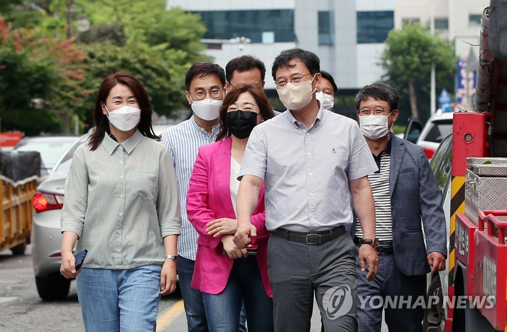 A group of office workers heads to a restaurant for lunch in the southwestern city of Gwangju, 302 kilometers south of Seoul, on June 18, 2021, after the city eased rules to allow private gatherings of up to eight people from the previous four-person cap. (Yonhap)