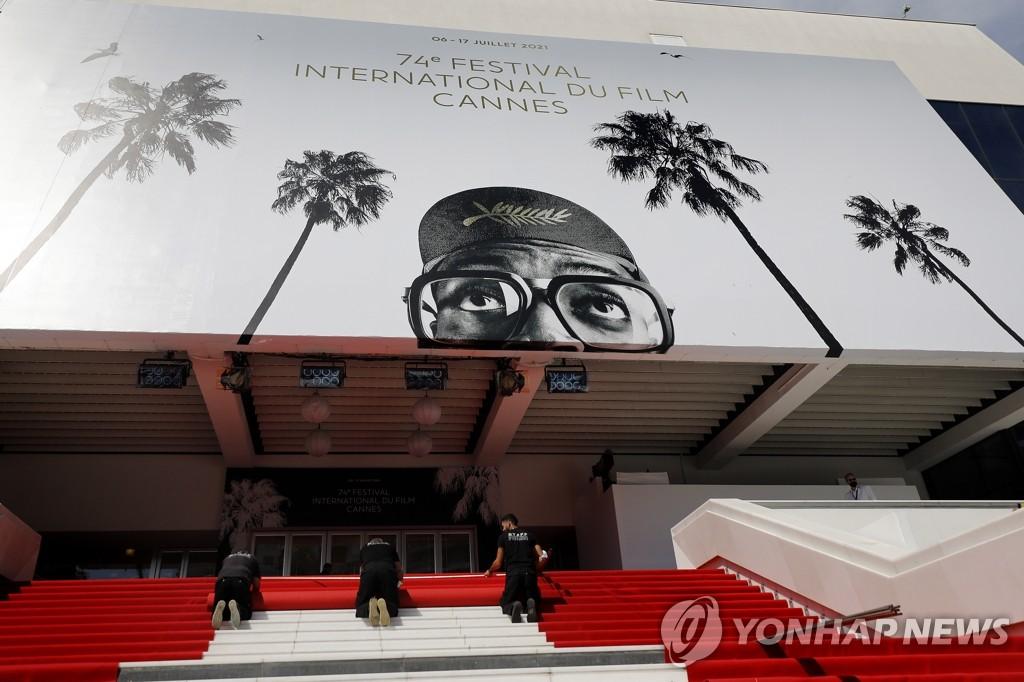 칸 국제영화제 개막 앞두고 레드카펫 깔리는 행사장