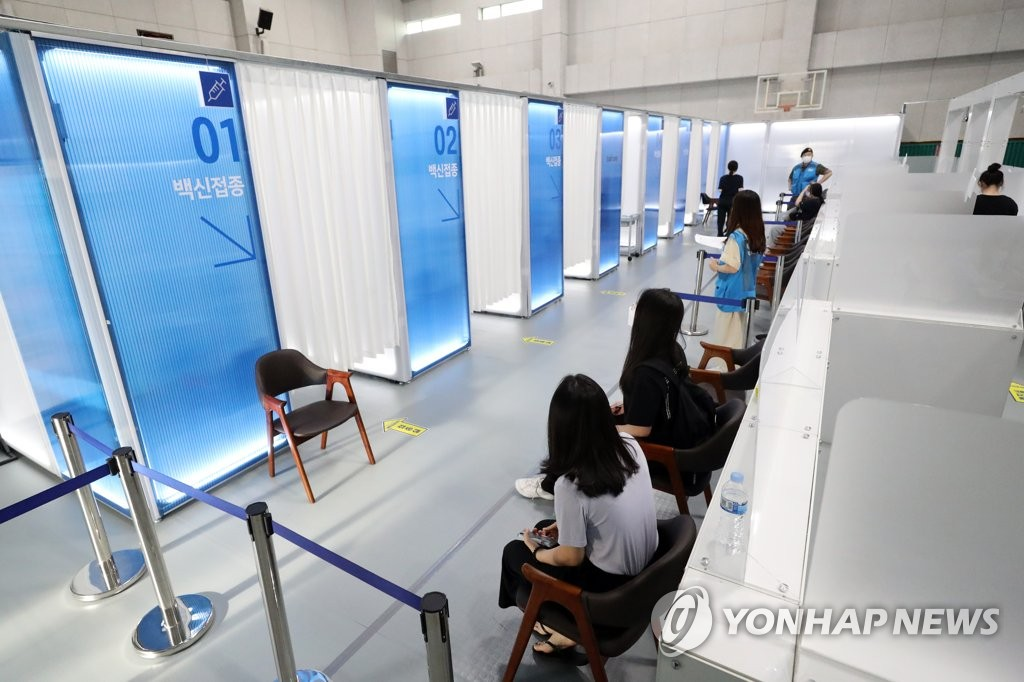 High school seniors wait for COVID-19 jabs at a vaccination center in southern Seoul on July 21, 2021. (Yonhap)