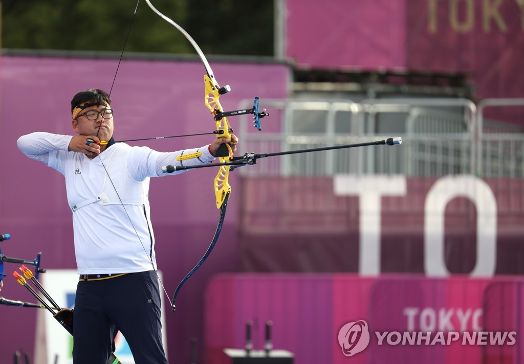 Kim Woo-jin of South Korea competes in the final of the men's archery team event at the Tokyo Olympics at Yumenoshima Park Archery Field in Tokyo on July 26, 2021. (Yonhap)