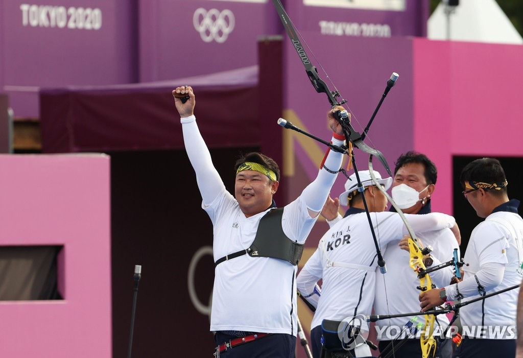 Oh Jin-hyek of South Korea celebrates his gold medal in the men's archery team event at the Tokyo Olympics at Yumenoshima Park Archery Field in Tokyo on July 26, 2021. (Yonhap)