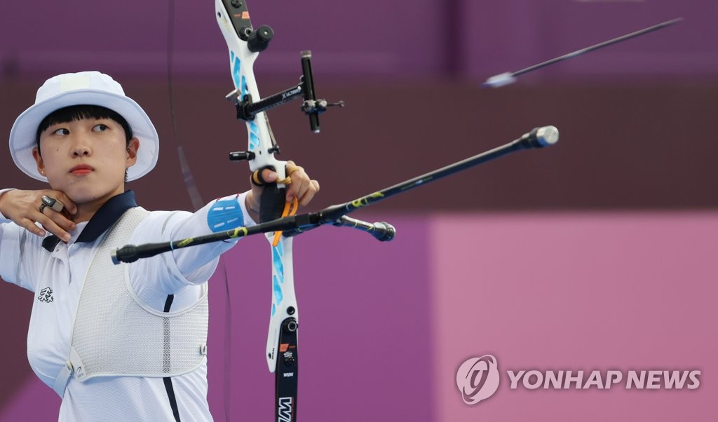 An San of South Korea shoots her arrow during the final of the women's individual archery event at the Tokyo Olympics at Yumenoshima Park Archery Field in Tokyo on July 30, 2021. (Yonhap)