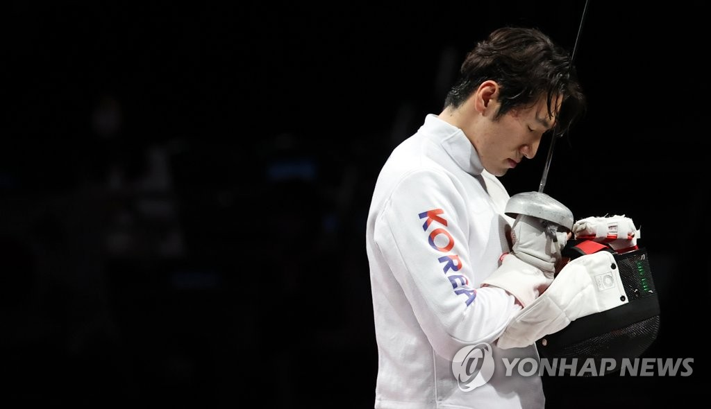 Park Sang-young has a moment with himself before taking on Dong Chao of China in the bronze medal match of the men's epee fencing team event at the Tokyo Olympics at Makuhari Messe Hall B in Chiba, Japan, on July 30, 2021. (Yonhap)