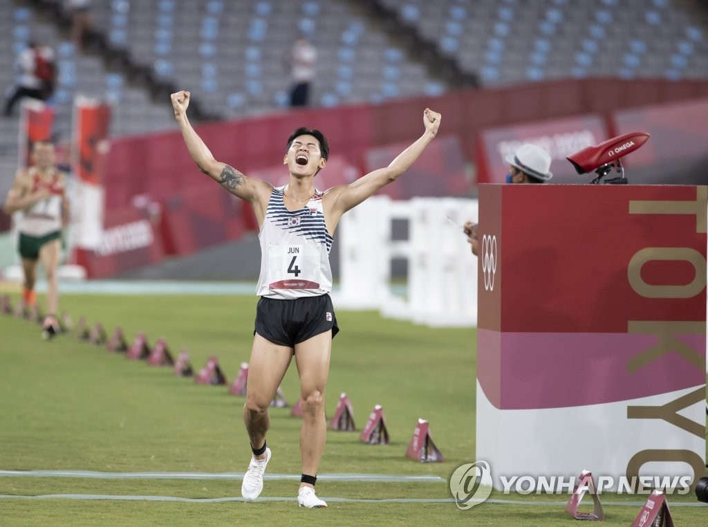 Jun Woong-tae of South Korea celebrates after clinching the bronze medal in the men's modern pentathlon at the Tokyo Olympics at Tokyo Stadium in Tokyo on Aug. 7, 2021. (Yonhap)