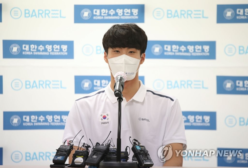 South Korean swimmer Hwang Sun-woo speaks to reporters after receiving prize money from the Korea Swimming Federation in a ceremony in Seoul on Aug. 11, 2021. (Yonhap)