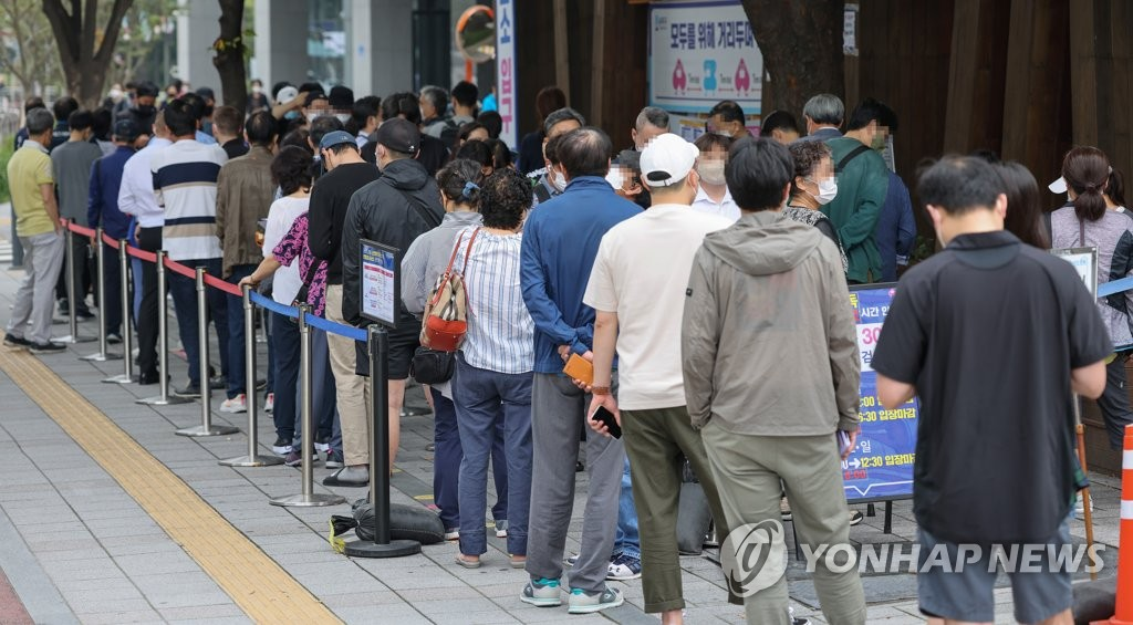 This photo taken on Oct. 8, 2021, shows people waiting to receive COVID-19 tests at a makeshift clinic in Seoul. (Yonhap)
