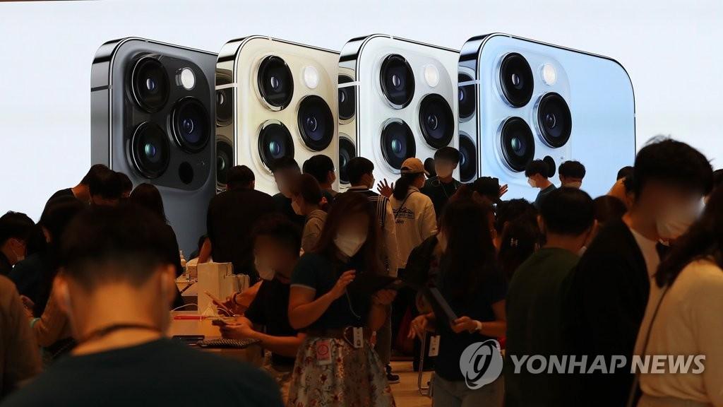 지난 8일 서울 강남구 애플스토어 아이폰13 출시
